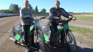 Sebastian Johansson till vänster tillsammans med sin pappa Benny Johansson. Benny är ordförande i Filbyterna Speedway,